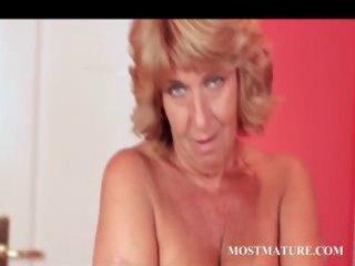 mature lady plays her wonderful quim