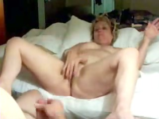old chick pushing dildo
