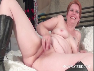 bitchy chick masturbates aperture in bed