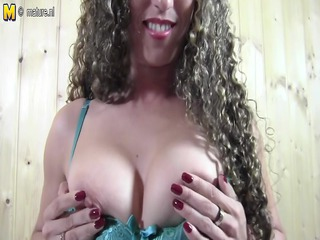 nonprofessional mommy pleasing with her pussy