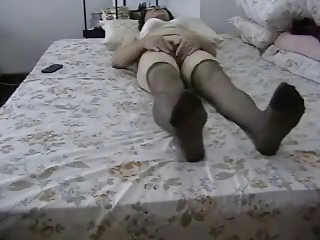 amateur old pleases her hairy pussy !