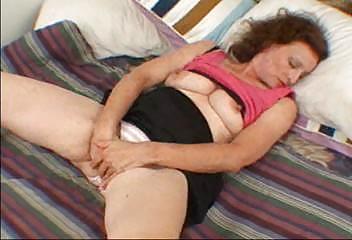 pandora mature babe enjoys with herself