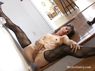 angel exposes off her sweet mature bush