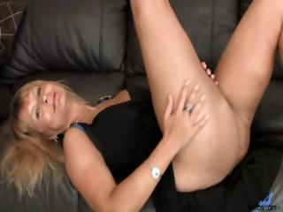 bleached woman milf exposes off her extremely