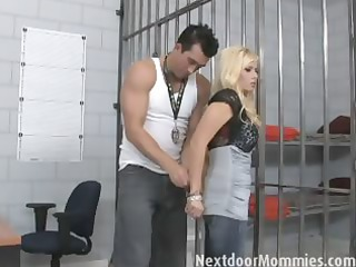 blond mature babe fuck a uneasy dick in jail